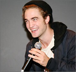 'Twilight' fans show some blood lust for star Robert Pattinson
