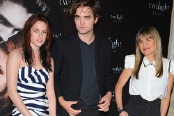 'Twilight' Premieres In Paris With Strange Body Language