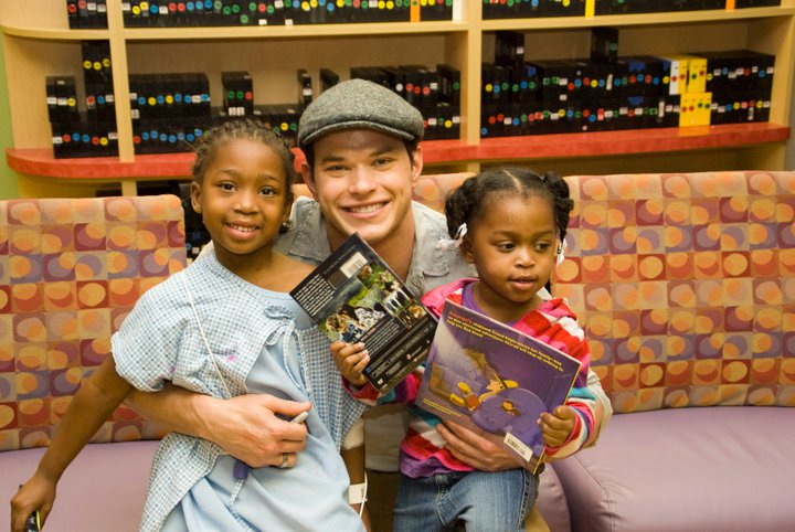 Kellan Lutz Visits with Kids at Local Baton Rouge Children&#8217;s Hospital
